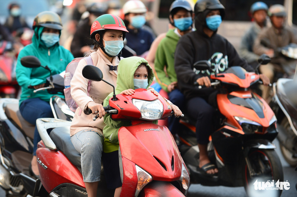Saigon residents bask in warm clothes as temperature drops overnight