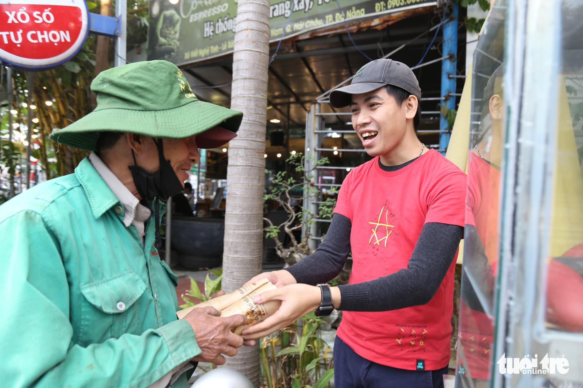 Young Vietnamese offer free 'banh mi' to Da Nang's needy