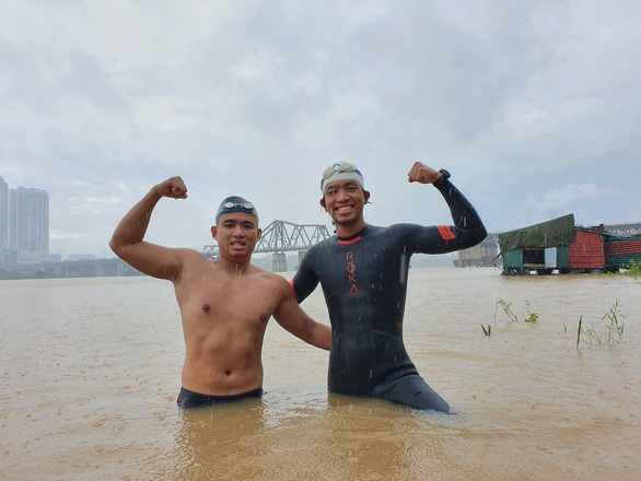 Vietnamese amateur athletes swim from Hanoi to ocean's edge