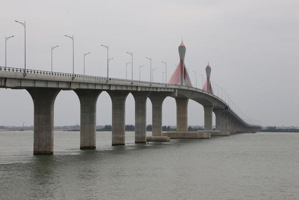 Cua Hoi Bridge temporarily opens to traffic in central Vietnam