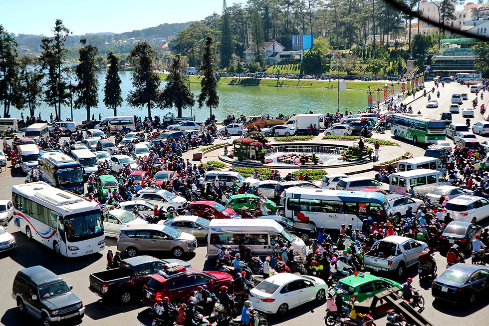 After two decades of free-for-all traffic, Da Lat City considers traffic light system