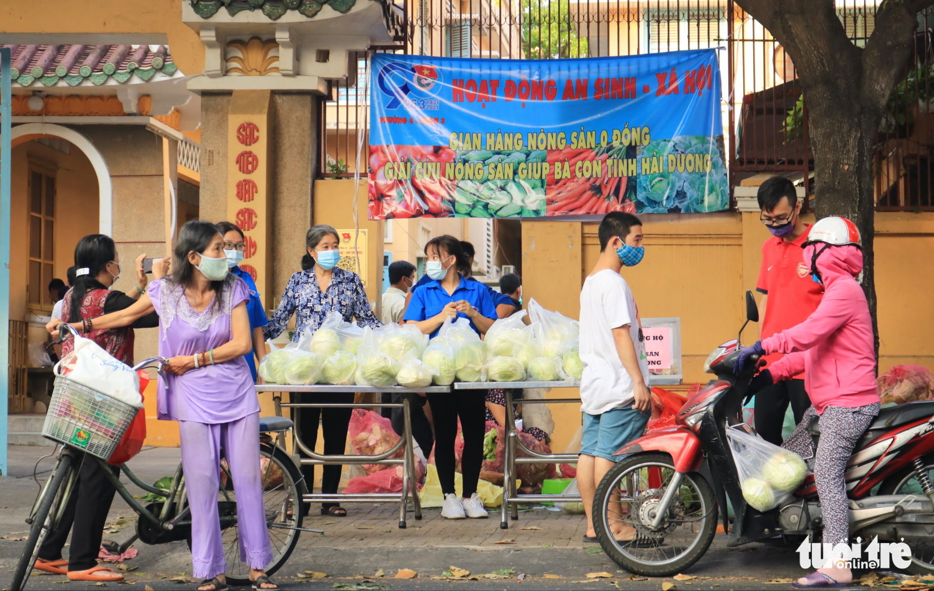 Saigonese help consume unsold vegetables from Vietnam's virus-hit province