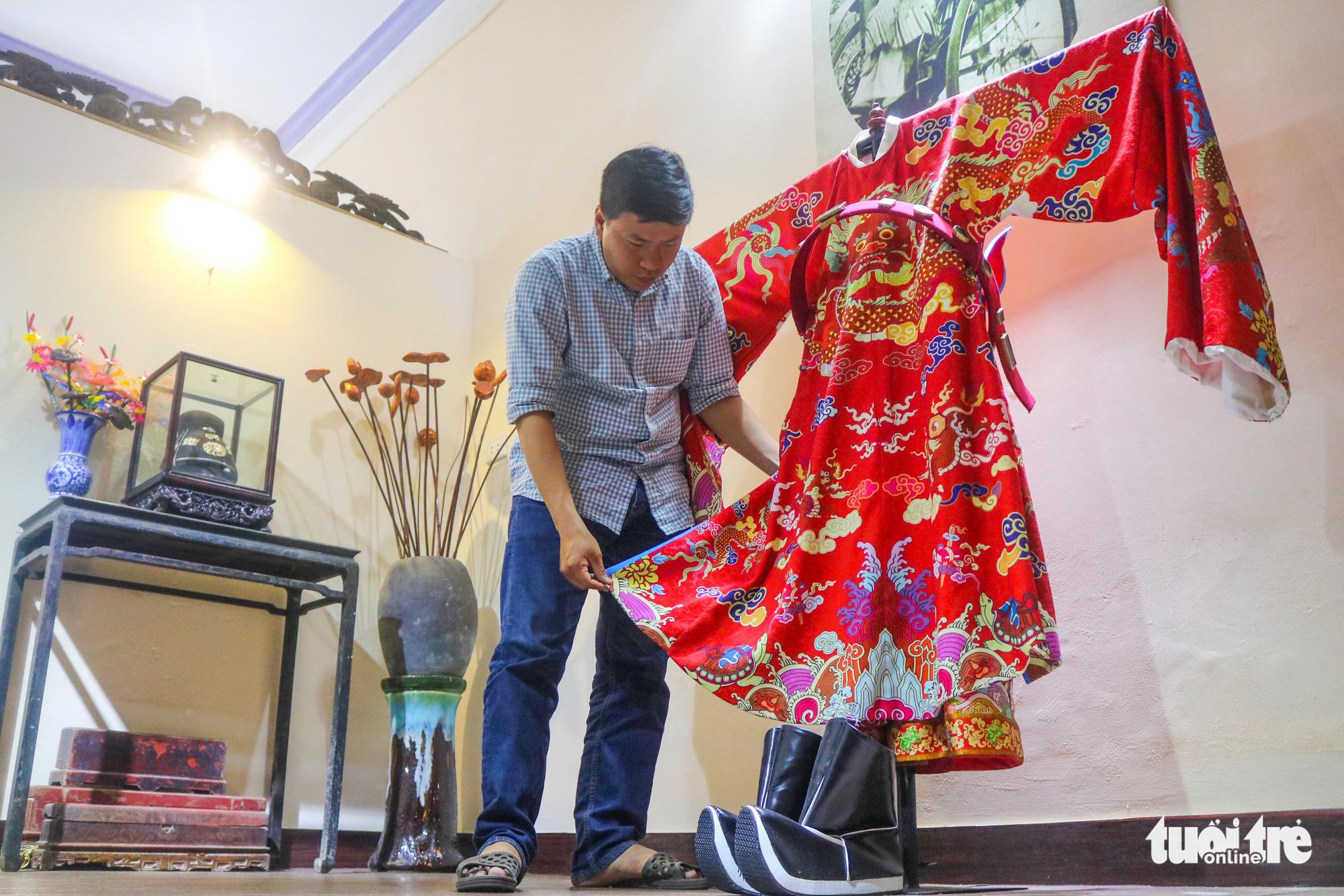Vietnamese man pursues career of making Nguyen Dynasty costumes