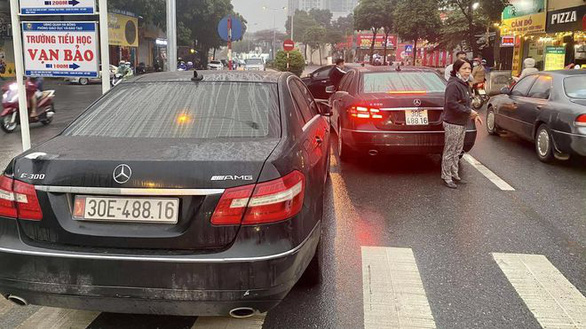 Two cars with same plate number seized after encounter on Hanoi street