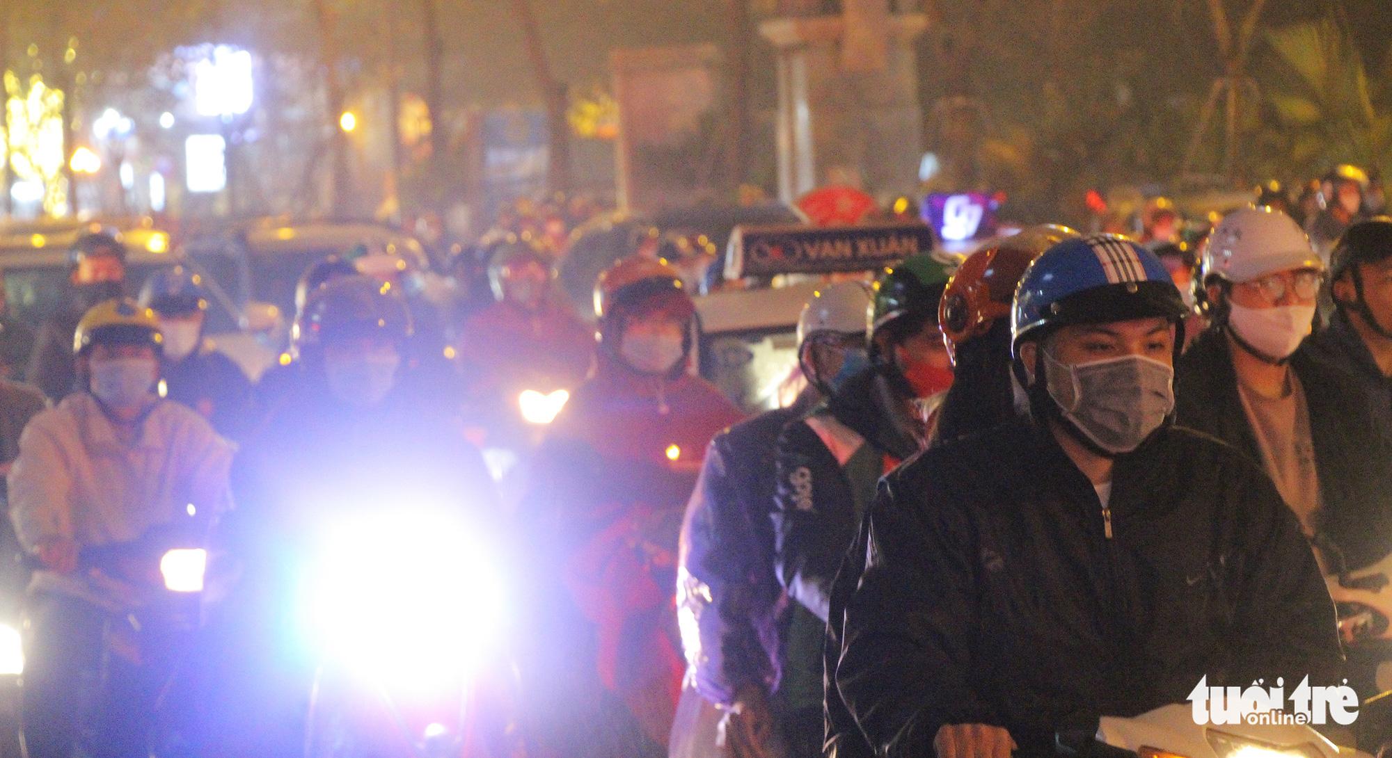 Traffic jammed as Hanoi people end working week in drizzle