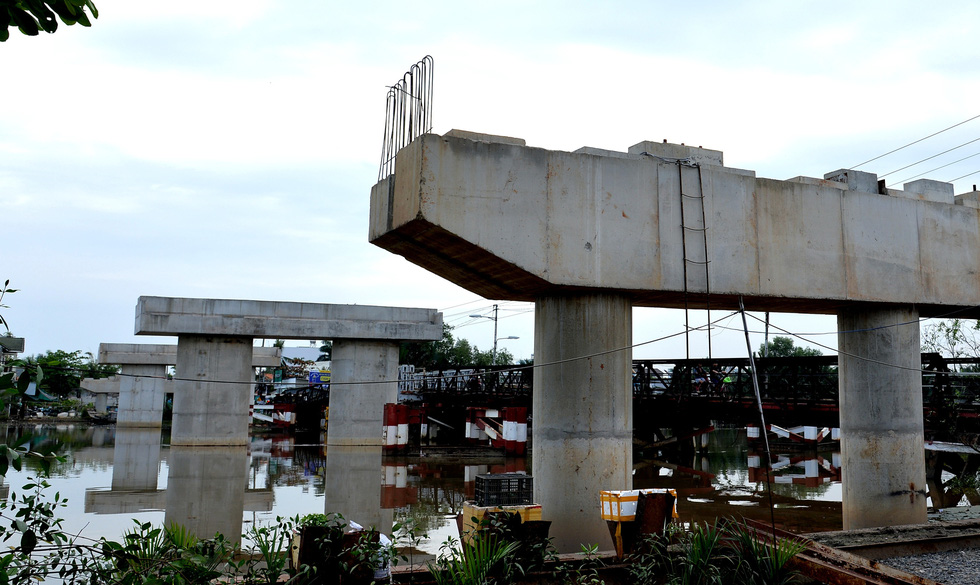 In Ho Chi Minh City, residents wait 2 decades for bridge to be completed