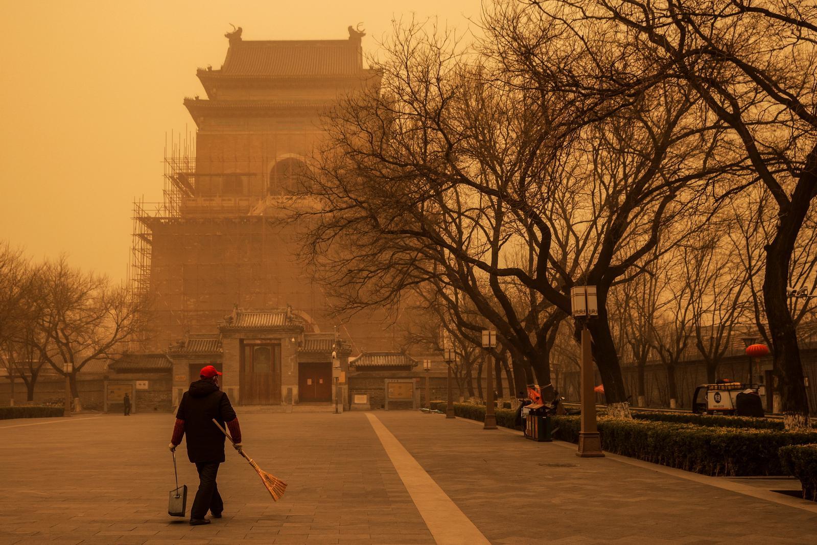 Beijing choked in duststorm amid heavy northwest winds