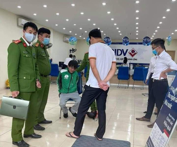 Man robs bank with gun, dynamite lookalikes in Hanoi