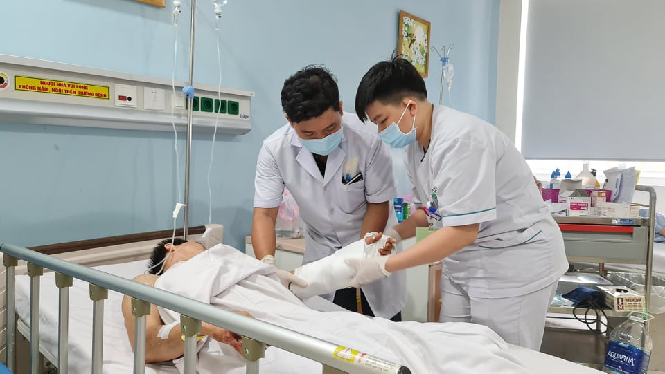 Doctors tend to a 26-year-old man, who had his left hand cut from his body, at the Military Hospital 175 in Ho Chi Minh City. Photo: T.C. / Tuoi Tre