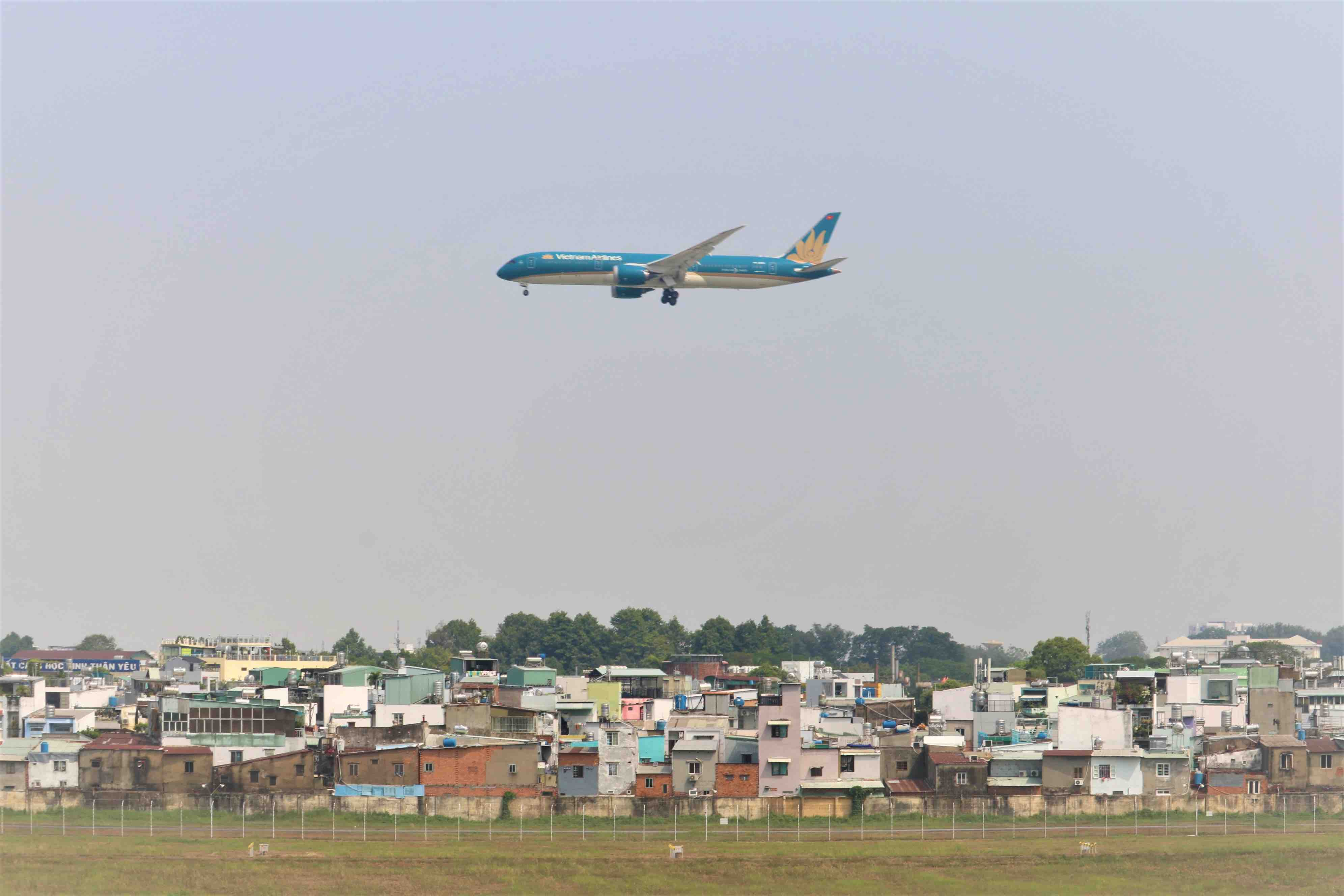 A Vietnam Airlines plane is seen from Phen's café in Go Vap District, Ho Chi Minh City on March 16, 2021. Photo: Hoang An / Tuoi Tre