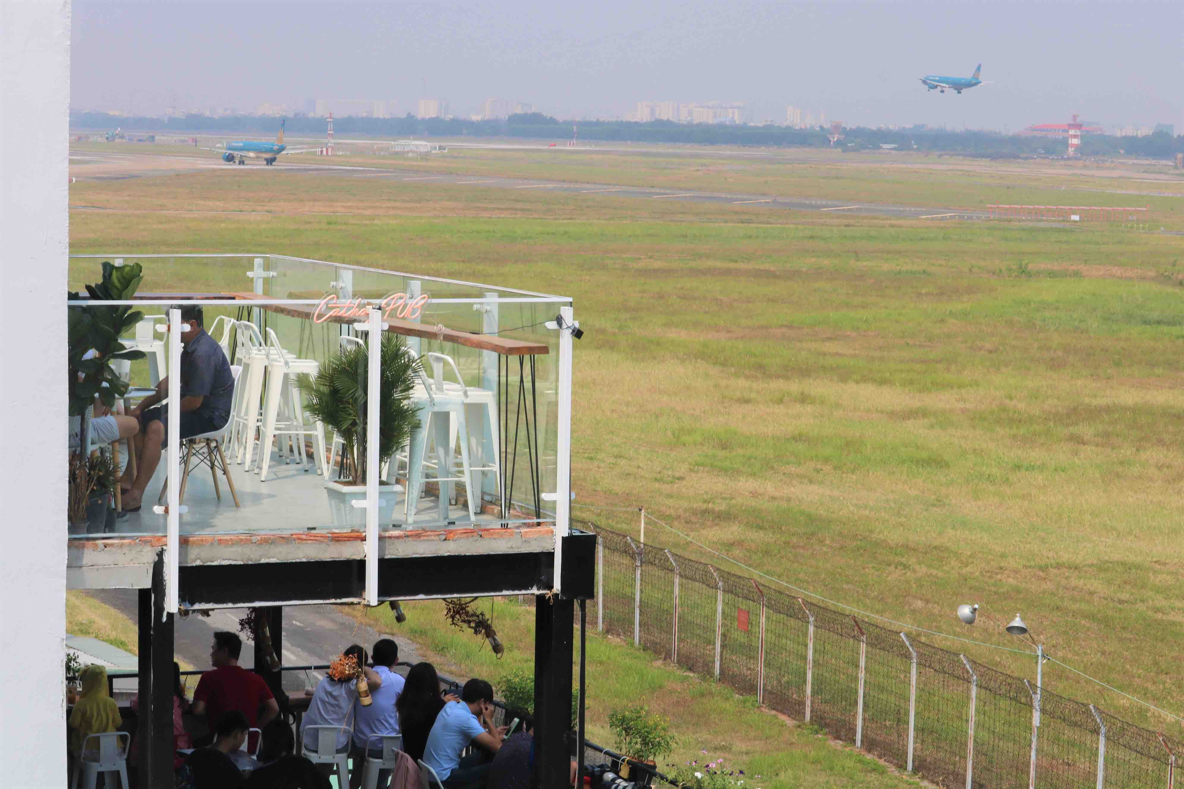 Phen's café acts as a vantage point for customers to observe planes as they land. Photo: Hoang An / Tuoi Tre