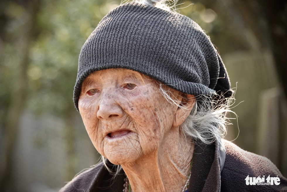 Giang Thi Ve, Cu Vai's village chief, is turning 100 this year. Photo: Ngoc Quang / Tuoi Tre