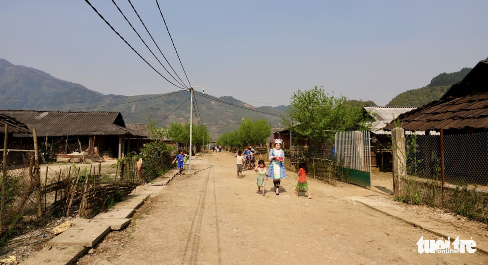 A woman and children walk through Cu Vai Village in the northern province of Yen Bai. Photo: Ngoc Quang / Tuoi Tre