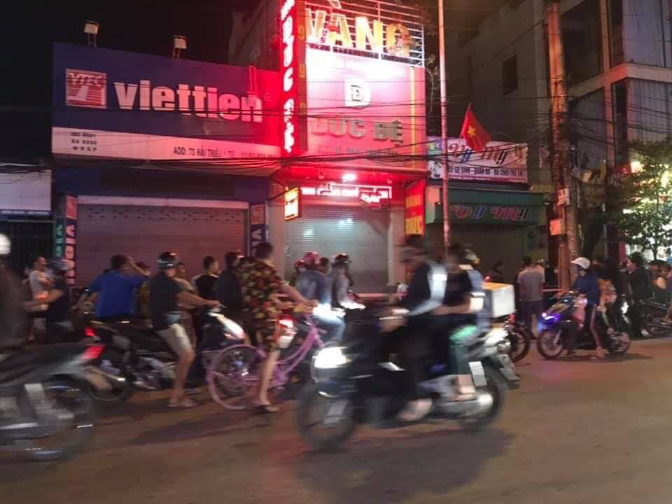 Vietnam police hunt for suspect using homemade explosives in attempted gold shop robbery