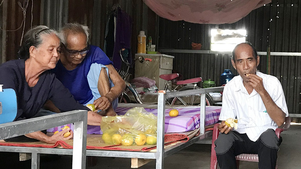Renal patients share food at a home built by Nguyen Thi Kim Hong and her husband in Binh Minh Town, Vinh Long Province, Vietnam. Photo: Thanh Nhon / Tuoi Tre