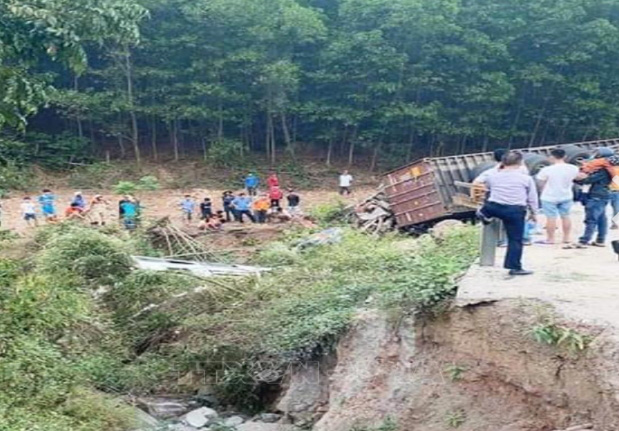 Eyewitnesses gather at the crash site in Quang Tri Province, Vietnam, March 20, 2021. Photo: Vietnam News Agency