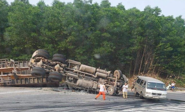 2 seriously injured as tractor-trailer hits 4 automobiles in north-central Vietnam