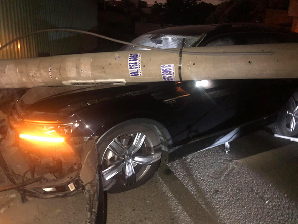 Foreign driver claims to doze when crashing into utility poles in Ho Chi Minh City
