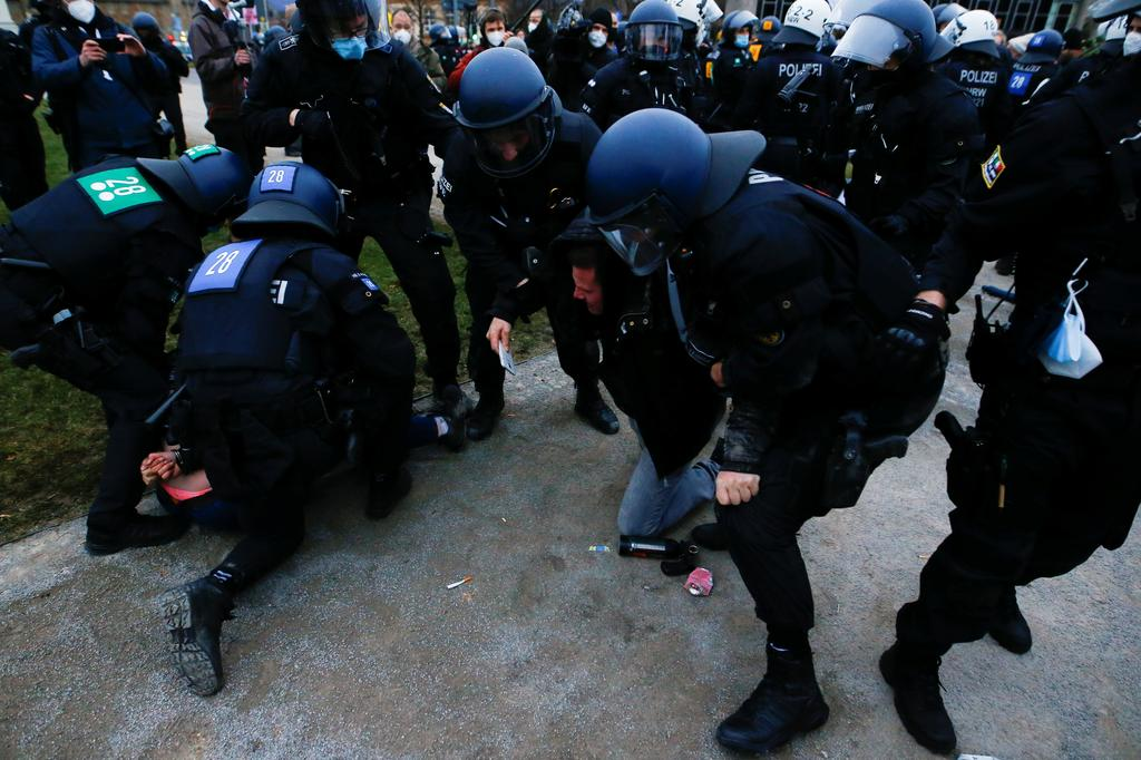 Police officers remove demonstrators from a square during a protest against the government's coronavirus disease (COVID-19) restrictions in Kassel, Germany March 20, 2021. Photo: Reuters