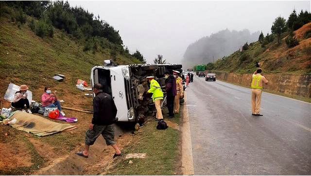 Woman killed as passenger bus crashes into roadside ditch in northern Vietnam