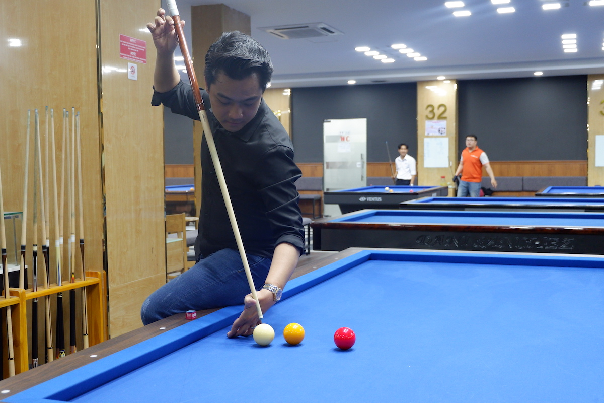 Huynh Truong Thinh performs a billiards shot at a club in Binh Thanh District, Ho Chi Minh City, March 20, 2021. Photo: Linh To / Tuoi Tre News