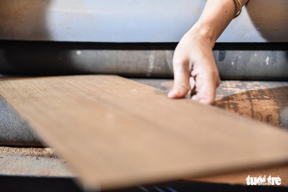 Wooden cuts are carefully estimated. Photo: Ngoc Phuong/Tuoi Tre