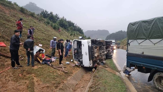 A passenger bus tips over after crashing into a roadside ditch in Son La Province, Vietnam, March 21, 2021. Photo: N. Son / Tuoi Tre