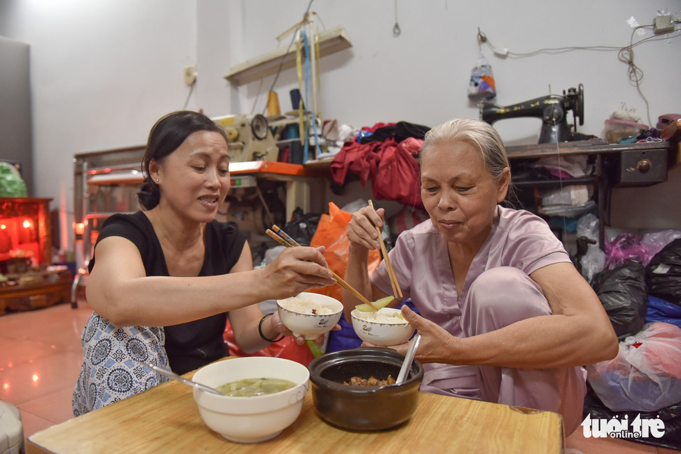 After free-of-charge classes in the afternoon, the mother and the daughter-in-law share a cozy and happy dinner. Photo: Ngoc Phuong / Tuoi Tre