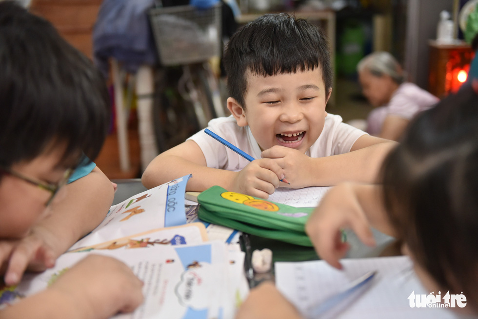 Children are studying in the free-of-charge classroom. Photo: Ngoc Phuong / Tuoi Tre