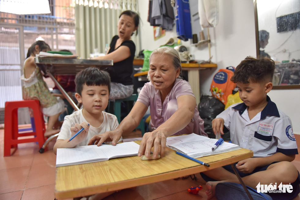 Mother, daughter-in-law offer free classes to disadvantaged children in Vietnam