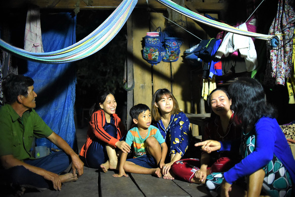 In the evening, teachers go to a student's house in Canh Tien Village to discuss his progress with his parents. – Photo: Lam Thien/Tuoi Tre