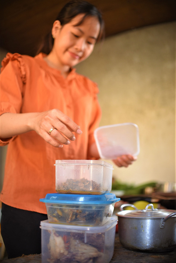 A teacher arranges her food boxes. Their food is mostly braised for longer preservation. – Photo: Lam Thien/Tuoi Tre