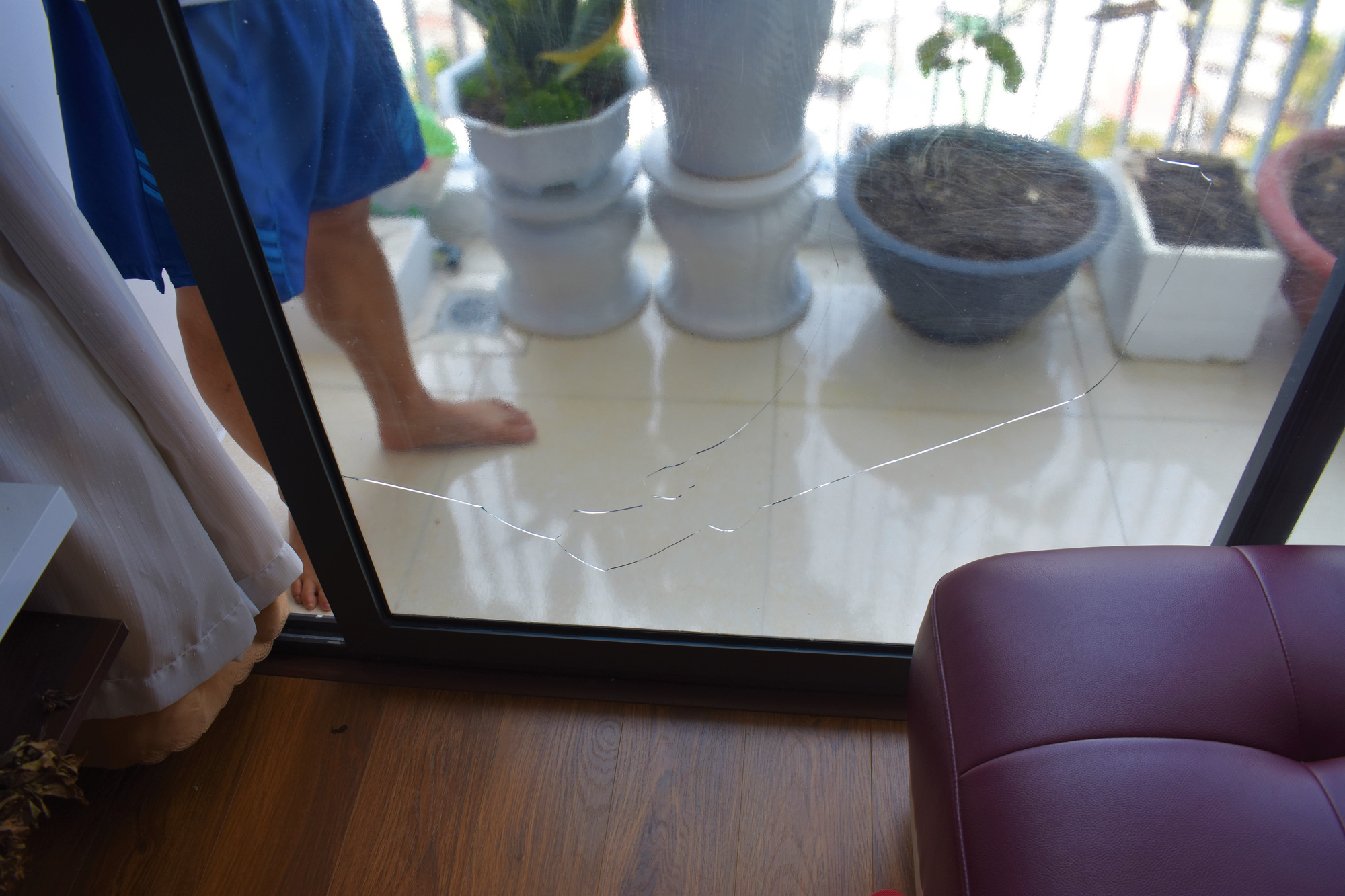 This photo shows a cracked sliding glass door at the P.H Nha Trang apartment complex in Nha Trang City, Khanh Hoa Province, Vietnam. Photo: Minh Chien / Tuoi Tre