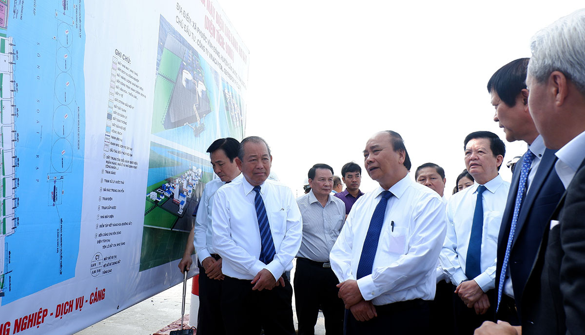 Vietnamese Prime Minister Nguyen Xuan Phuc reviews an infrastructure project in Long An Province, March 21, 2021. Photo: Son Lam / Tuoi Tre