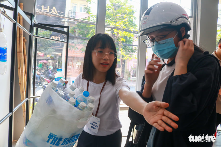 A woman brings plastic bottles to exchange for eco-friendly socks at the event organized by Re.socks in Phu Nhuan District, Ho Chi Minh City, March 27, 2021. Photo: Huu Huong / Tuoi Tre