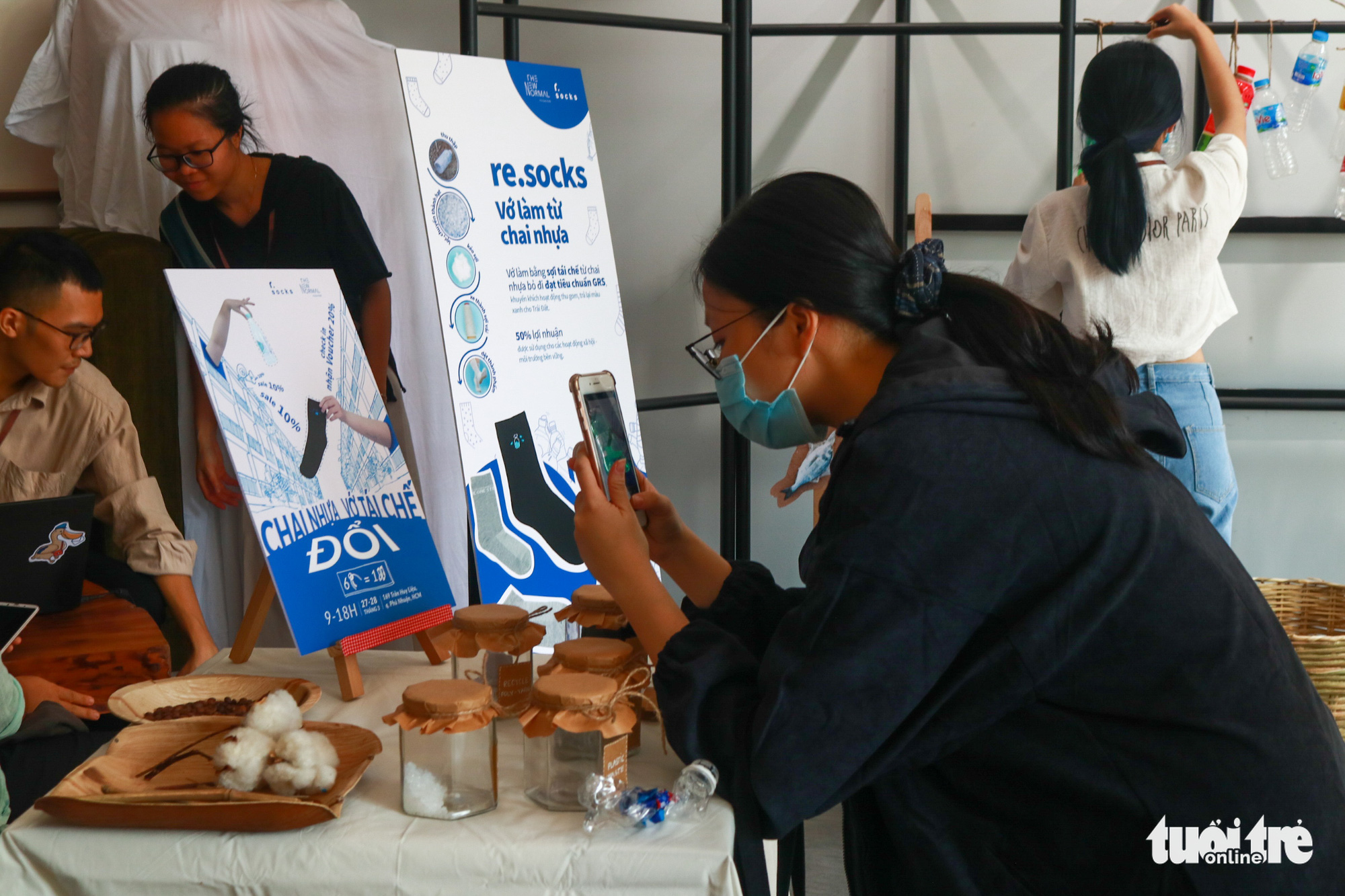 Young Vietnamese introduce socks made from recycled plastic bottles