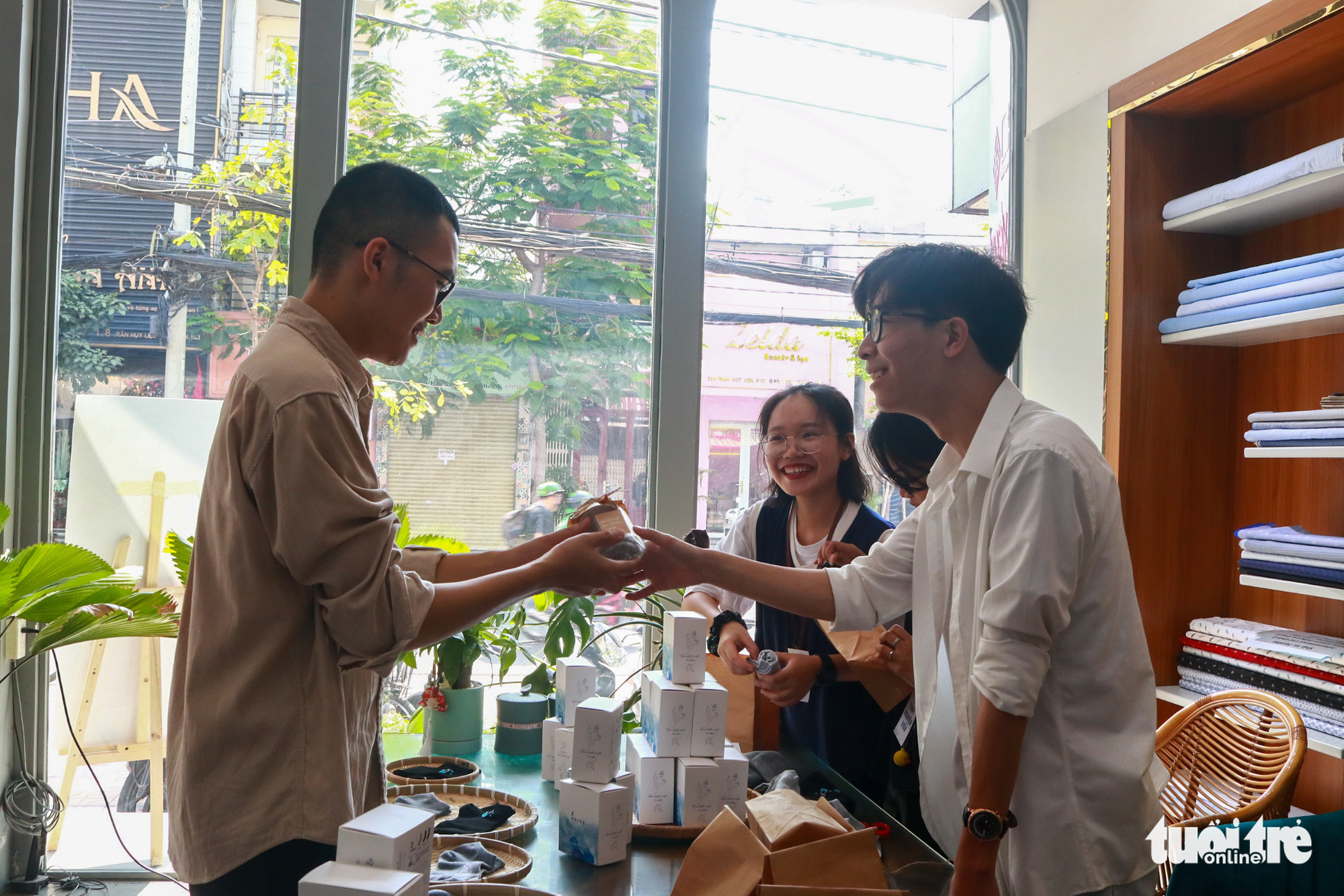 Hoang Quy Binh introduces the socks made from recycled plastic bottles. Photo: Huu Huong / Tuoi Tre