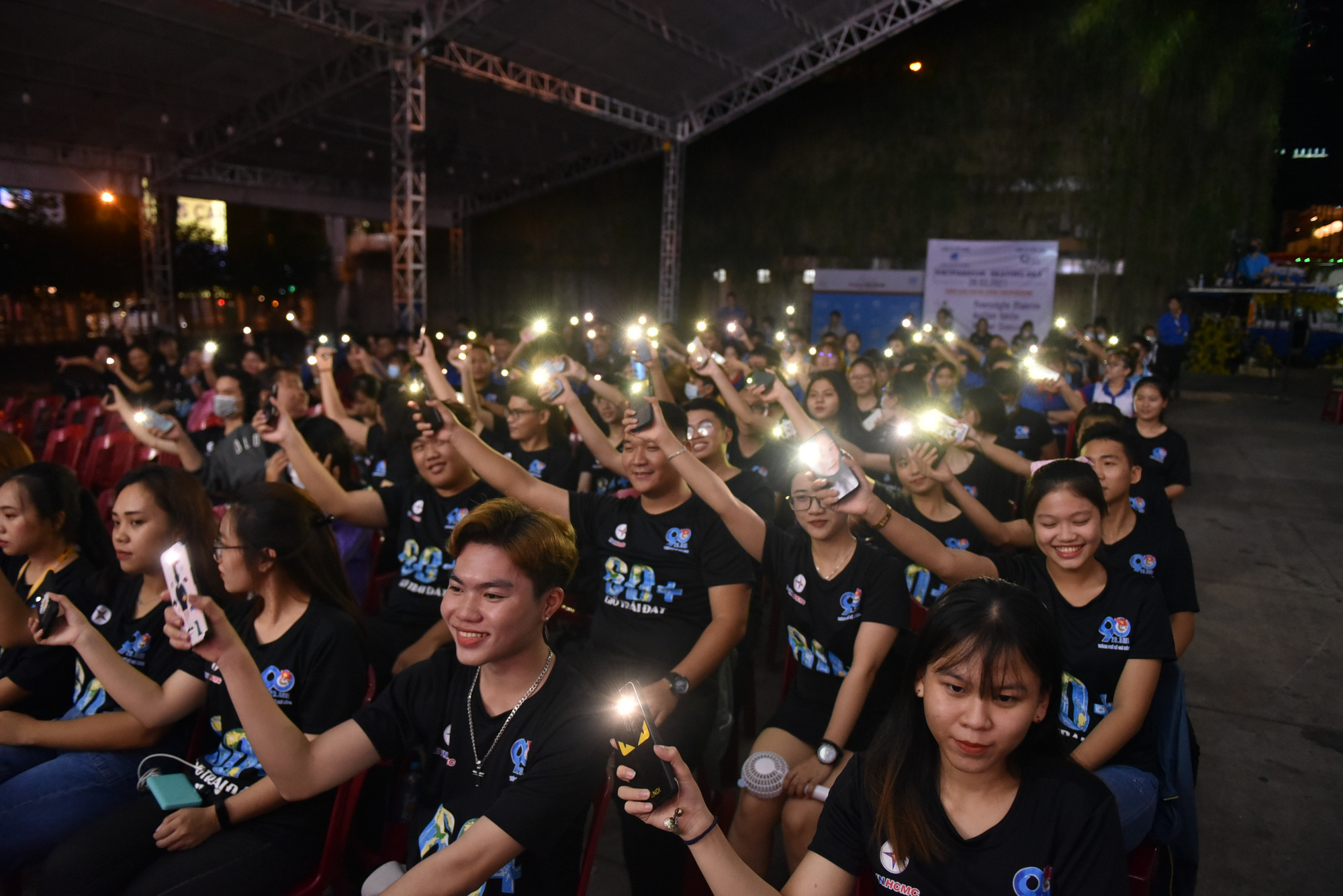 Young people turn on their smartphone flashlights to during a performance at the Youth Culture House in District 1, Ho Chi Minh City, March 27, 2021. Photo: Ngoc Phuong / Tuoi Tre