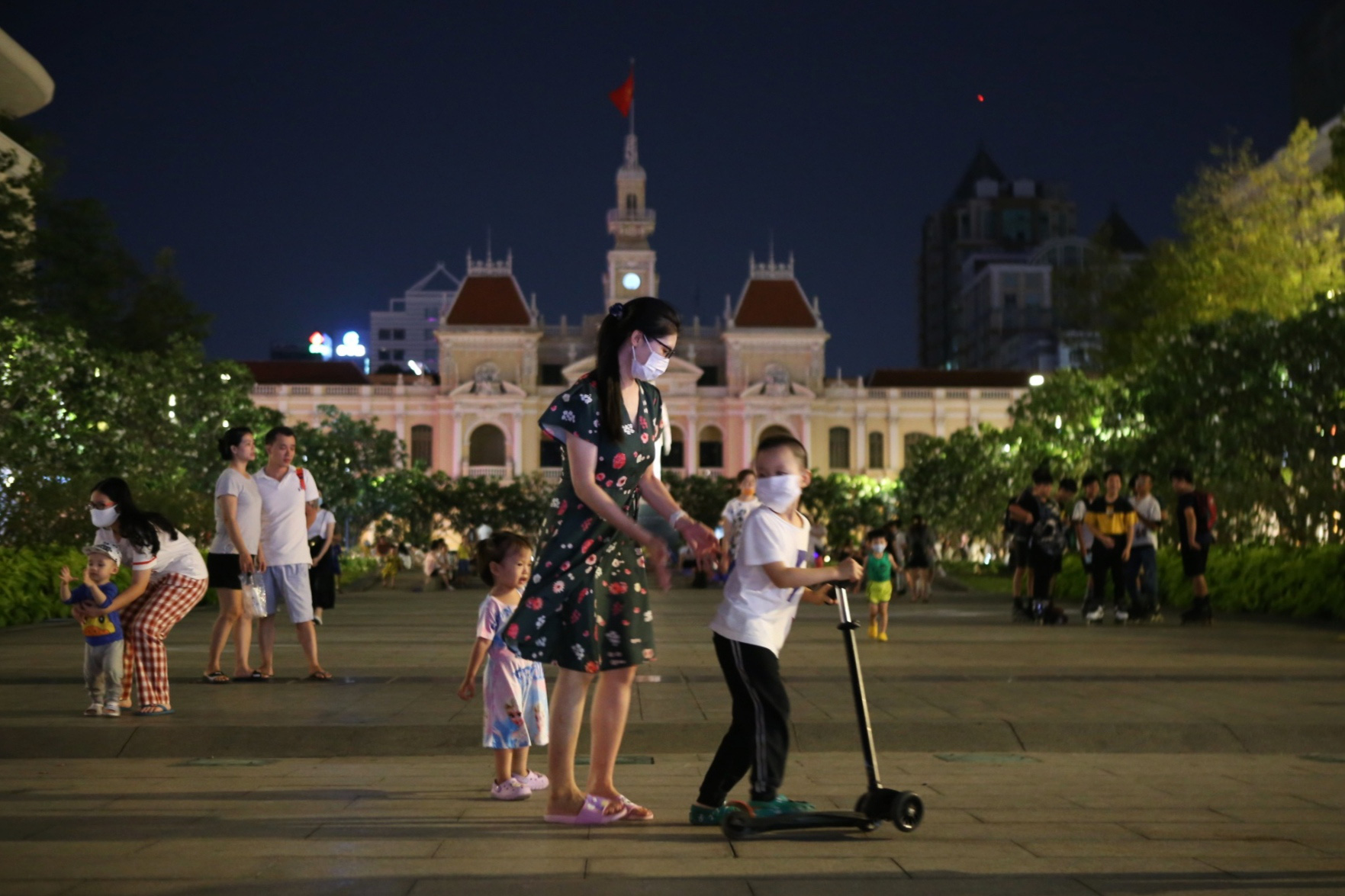 Buildings near Nguyen Hue Walking Street in District 1, Ho Chi Minh City turn off lights to mark the 2021 Earth Hour, March 27, 2021. Photo: Nhat Thinh / Tuoi Tre