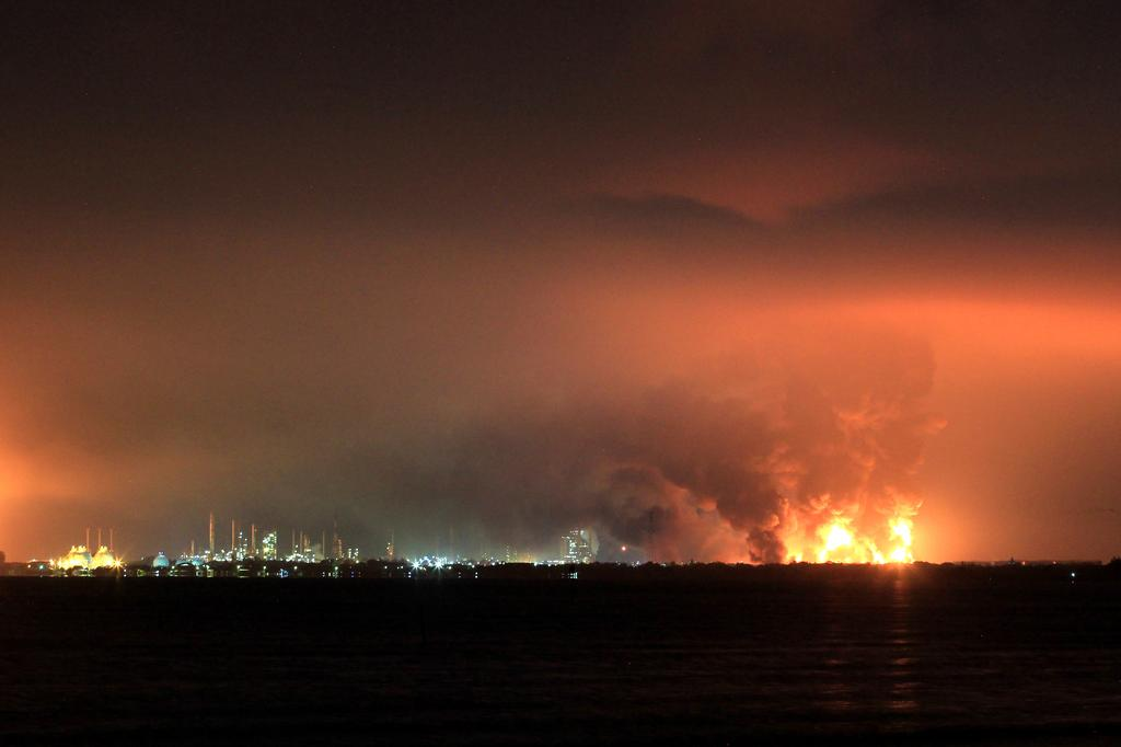 Smoke rises during fire at Pertamina's oil refinery in Balongan, Indramayu regency, West Java province, Indonesia, March 29, 2021. Photo: Antara Foto/Dedhez Anggara/ via Reuters