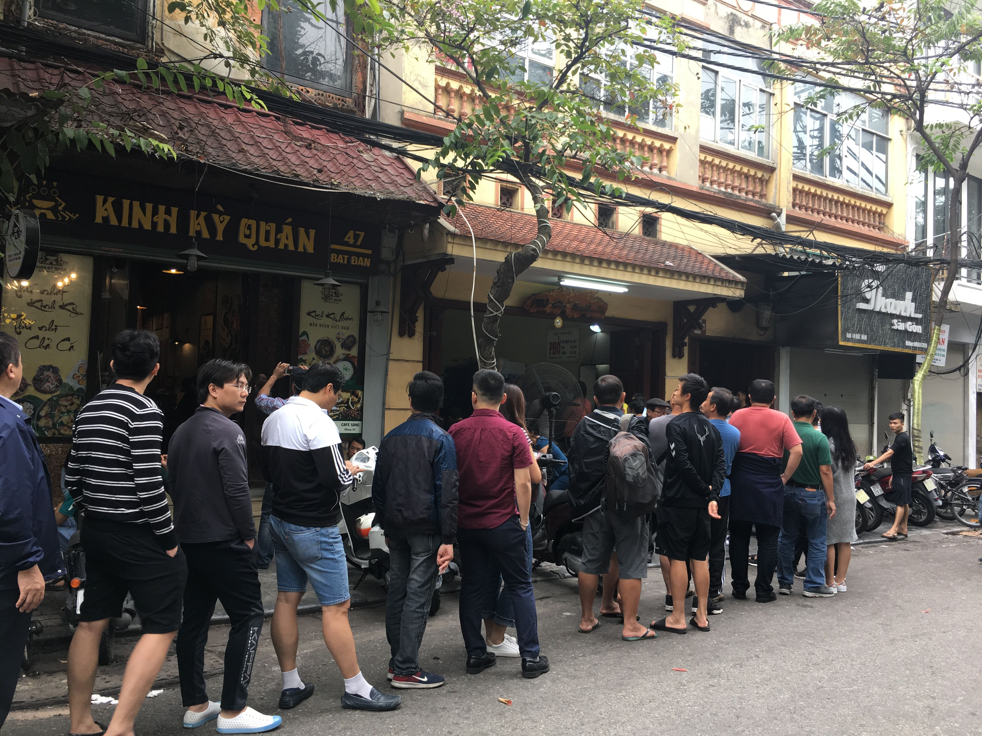 People queue up for pho at a famous restaurant on Bat Dan Street in Hanoi. Photo: Dong Nguyen / Tuoi Tre News