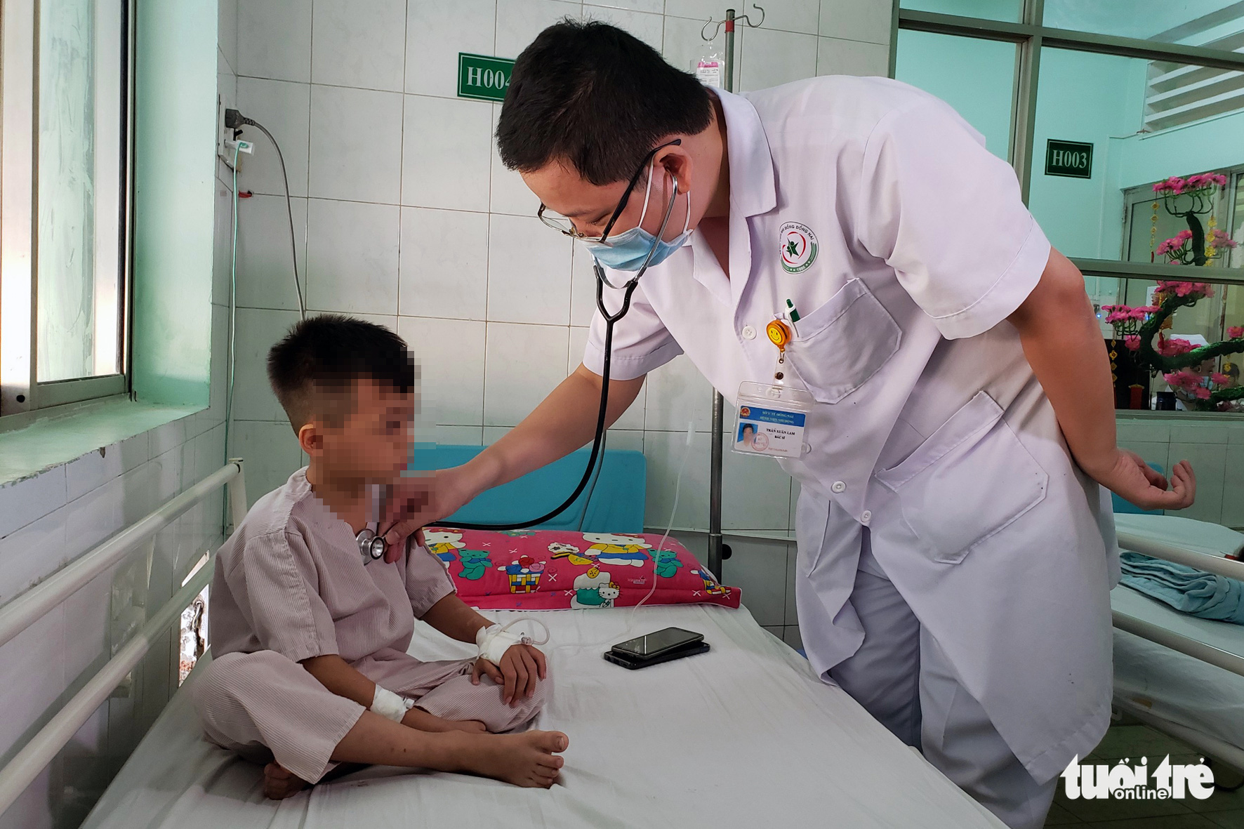 A doctor tends to V.N.D.Q. at the Dong Nai Children's Hospital in Dong Nai Province, Vietnam. Photo: A Loc / Tuoi Tre