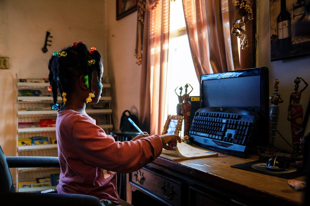 Lilliana, who is attending virtual school for remote learning, struggles to do her reading exercises amid the coronavirus disease (COVID-19) restrictions in Louisville, Kentucky, U.S., February 24, 2021. Photo: Reuters