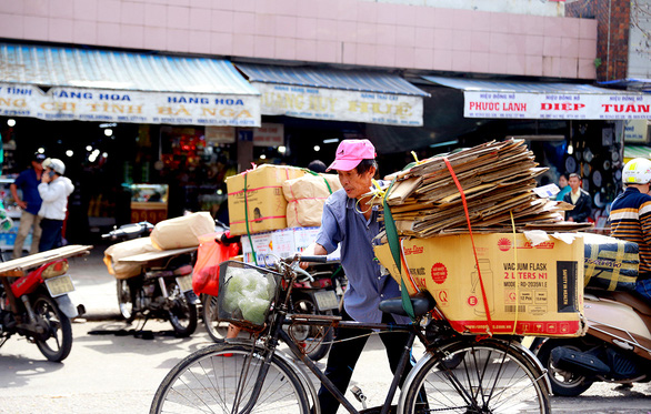 Phan Van Vui, 68, is pictured carrying a shipment on his bicycle between markets in Hue City, Thua Thien-Hue Province, Vietnam. Photo: Nguyen Thuong Hien / Tuoi Tre