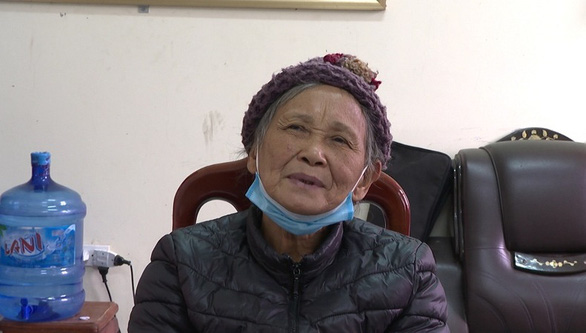 Trieu Thi Nay, 72, admits growing opium poppy plants for medicine at the police station in Lang Son Province – Photo: Lang Son Police