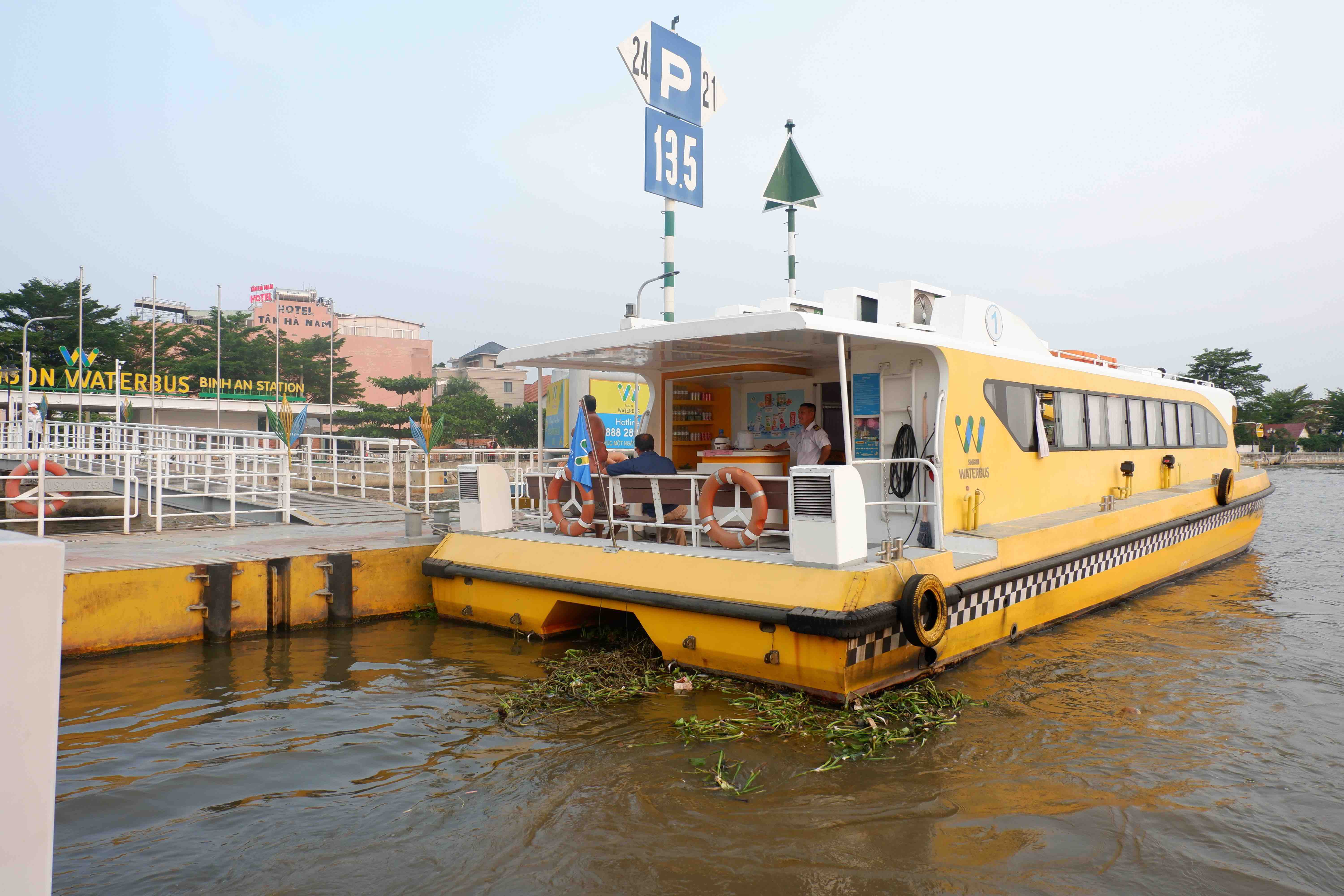 A waterbus is about to leave the Binh An station in District 2, Thu Duc City on March 31, 2021. Photo: Linh To / Tuoi Tre