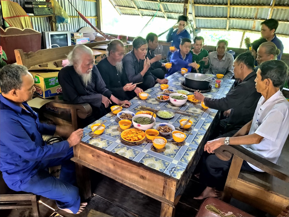 Members of Tu Hien's workshop eating vegan meals. Photo: Tien Trinh / Tuoi Tre