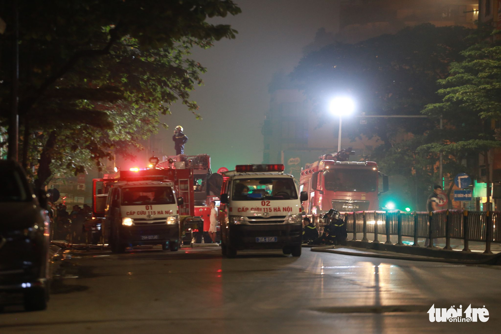 Fire trucks and ambulances arrive at the location. Photo: Chi Tue / Tuoi Tre