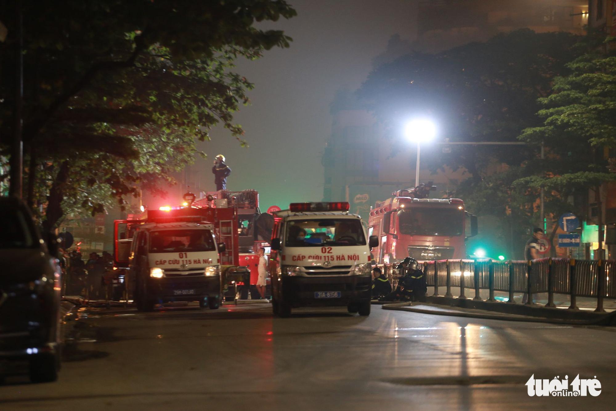 Fire trucks and ambulances arrive at the location. Photo: Chi Tue / Tuoi Tre
