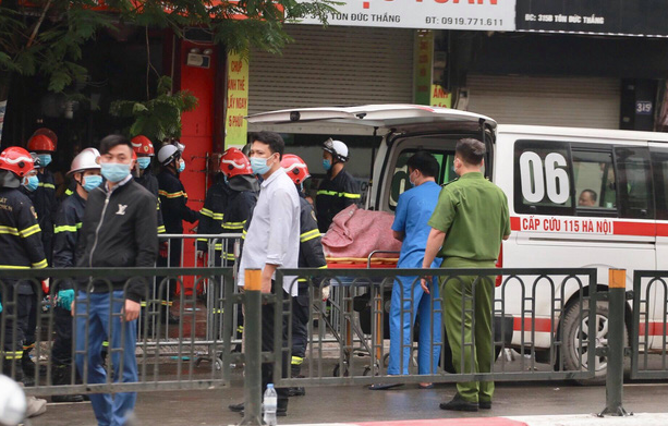 A victim's body is brought out of the house in Dong Da District, Hanoi, April 4, 2021. Photo: Chi Tue / Tuoi Tre